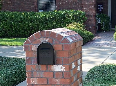 An Eyebrow Arch top on a brick mailbox